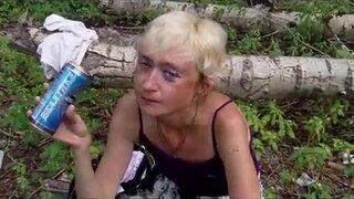 Зрелая блондинка, с маленькими сиськами готова сосать мужику, за банку пива