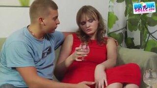 Выпив за знакомство, парочка быстро приступила к сексуальным утехам