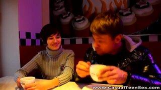 Студент режиссуры подкатил к симпатяжке в кафе