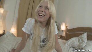 Веселая блонда много разговаривает на кастинге перед анальным сексом
