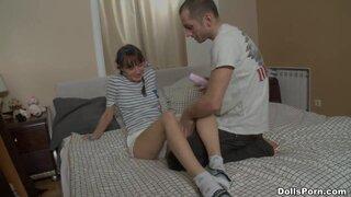 Парень нежно гладит ножки милашки, чтобы добраться до промежности