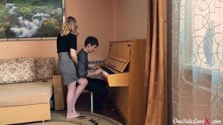 Репетиторша по музыке соблазняет своего подопечного