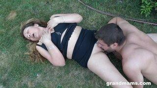 Садовник не долго ебал бабушку, он любит лизать пиздёнку