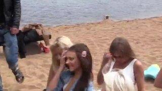 Русская молодежь устроила свингерский секс на пляже