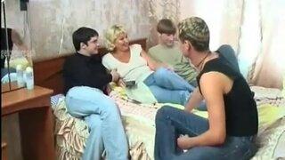 Трое похотливых парней развели зрелую блондинку на групповой секс