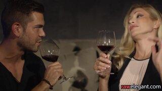 Пьяная блондинка с большими сиськами не против анального секса