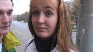 Закадрил молодую девушку, чтобы трахнуть ее рабочий ротик на улице