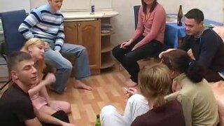 Русские студенты играют в бутылочку, чтобы заняться сексом