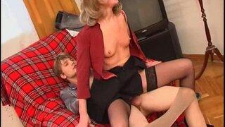 Зрелая хозяйка отчитывает своего молодого человека