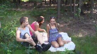 Две русские девушки, сняли молодого парня, для ебли в лесу