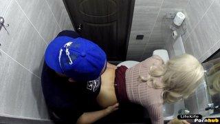 Скрытая камера сняла нас в туалете ночного клуба