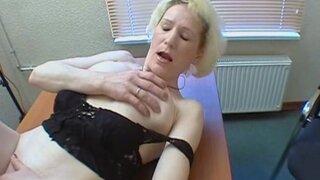 Зрелая блондинка пришла на кастинг, её трахнули на столе и обкончали лицо