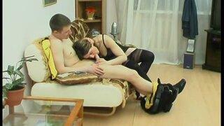 Обсуждают постельную сцену, девушка доказывает что она не бревно