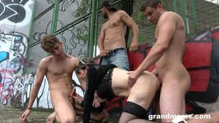 Бабушка пришла на спортивную площадку, заняться с парнями оргией