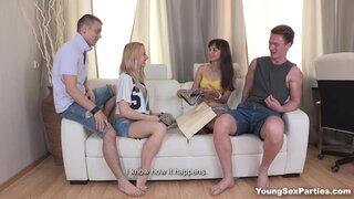 Парни устроились на маленьком диване, чтобы выебать русских подруг