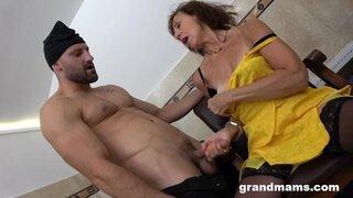 Бабушка пришла в приватный секс клуб, где её трахнул качок