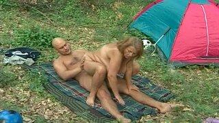 Пара пришла на пикник и трахнулись у палатки