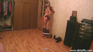 После стриптиза, русская худышка делает минет и залазит на член сверху