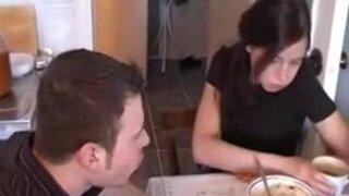 Парень трахает свою пьяную подружку на столе, в кухне