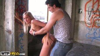 Парни познакомились с девушкой, отвезли на старую стройку и там трахнули. Пикап
