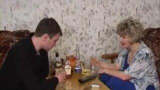 Зрелая после выпивки вызывает мужчину по телефону