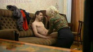 Старая репетиторша на пианино соблазнила молодого парня