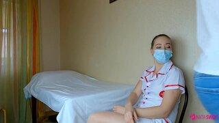 Медсестра помогает донору сдать сперму, а то стесняется человек