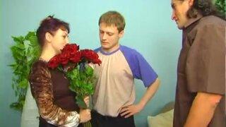 Подарили букет зрелой россиянки и можно ебать ее во все щели
