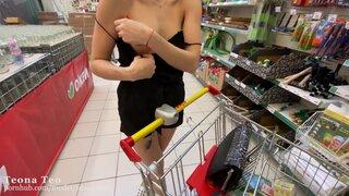 Показала грудь в супермаркете, а потом отсосала в авто