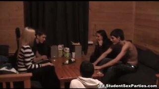 Пьяные студенты играли в бутылочку и занялись групповым сексом