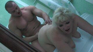 Блондинка подглядывала за качком в ванную и нарвалась на еблю