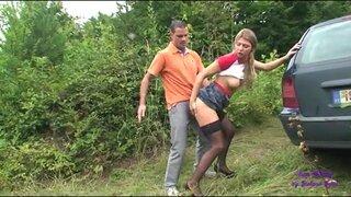 Немецкая дурнушка в чулках, ебется с торговым агентом, в лесу