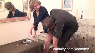 Зрелый мужик любит вылизывать волосатую пизду жены перед бурным сексом
