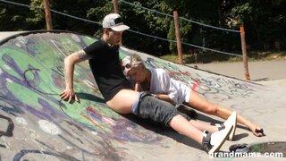 Бабушка трахается с молодым парнем, в скейт парке
