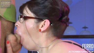 Пышная русская домохозяйка отблагодарила сантехника своей пиздой