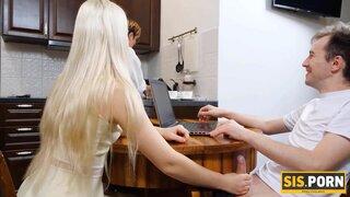 Пока мамка мыла посуду, наглая сводная сестра взяла в рот член