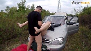 Очкарик ебет свою подружку, на капоте автомобиля