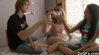 Молодые девушки выпили, чтобы настроиться на секс втроем