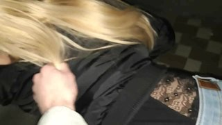 Длинноволосая блондинка обожает секс