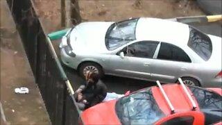 Пьяная парочка трахается на парковке, пока из окна их снимает камера