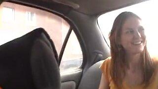 Симпатичная брюнетка делает минет парню в машине за деньги
