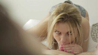 Миниатюрная блонда подставила попку для анала, а после глотает сперму