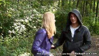 Русские парни сняли светловолосую давалку и трахнули ее в лесу