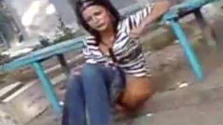 Бухая девушка без трусов не стесняется ссать на улице