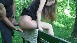 Парни сняли русскую красотку и по очереди трахнули ее в лесу
