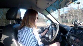 Русская девушка учиться ездить на автомобиле, с инструктором