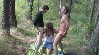 Два русских пацана привезли шлюшку в лес и оттрахали её на покрывале