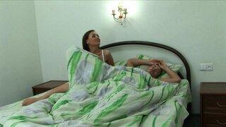 Брюнетка залезла в кровать и разбудила своего парня, хорошим отсосом.