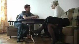 Молодой парень набирается сексуального опыта, с толстой зрелой блондинкой
