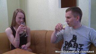 После выпитого шампанского, снятая им девушка готова на все ради члена